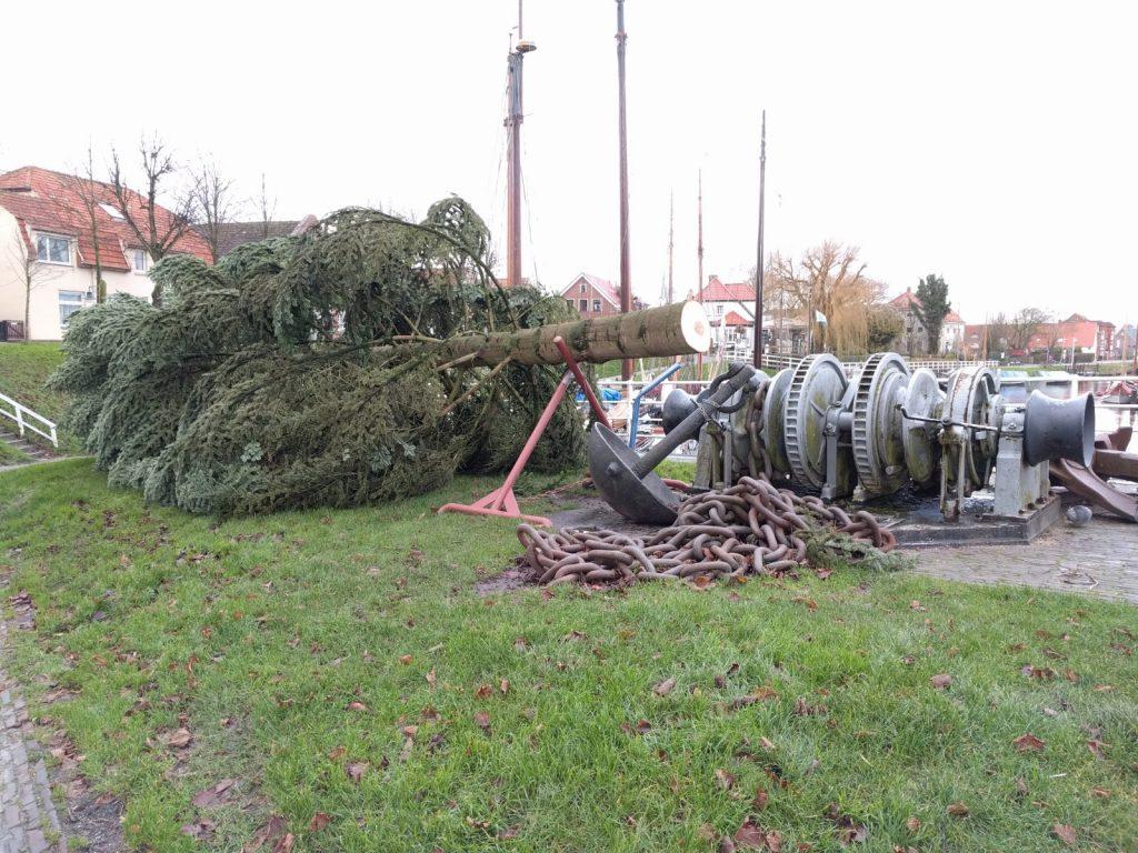 Weihnachten 2017 - Der Weihnachtsbaum liegt neben dem Anker