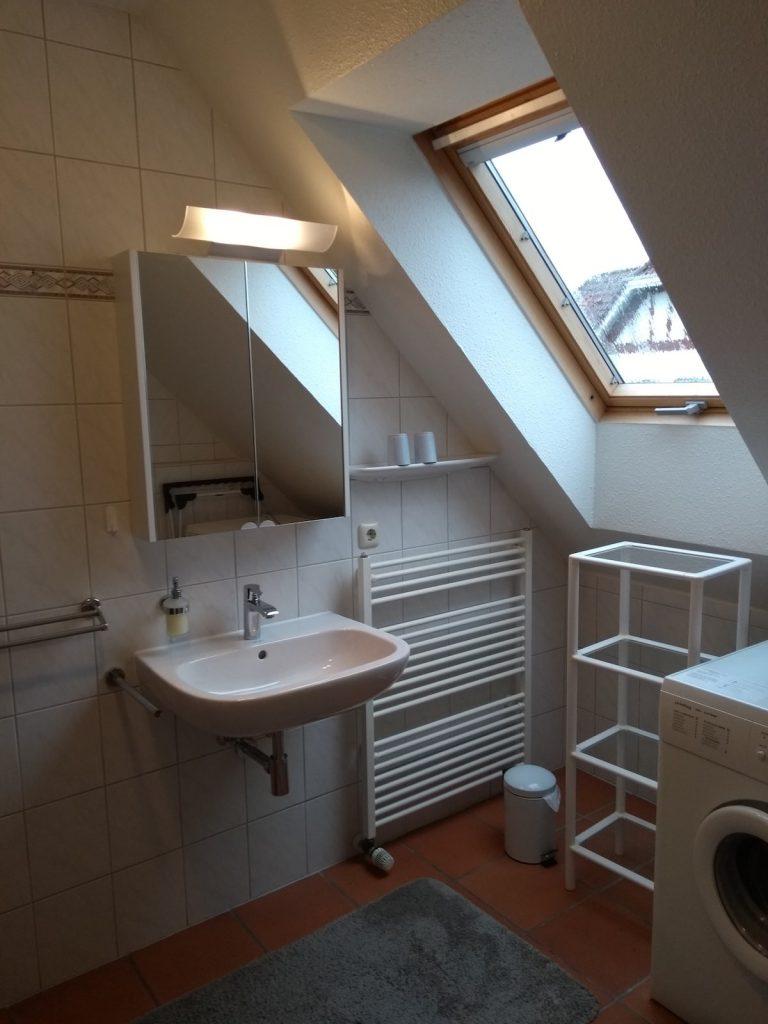 Badezimmer mit Fenster der Ferienwohnung Caro