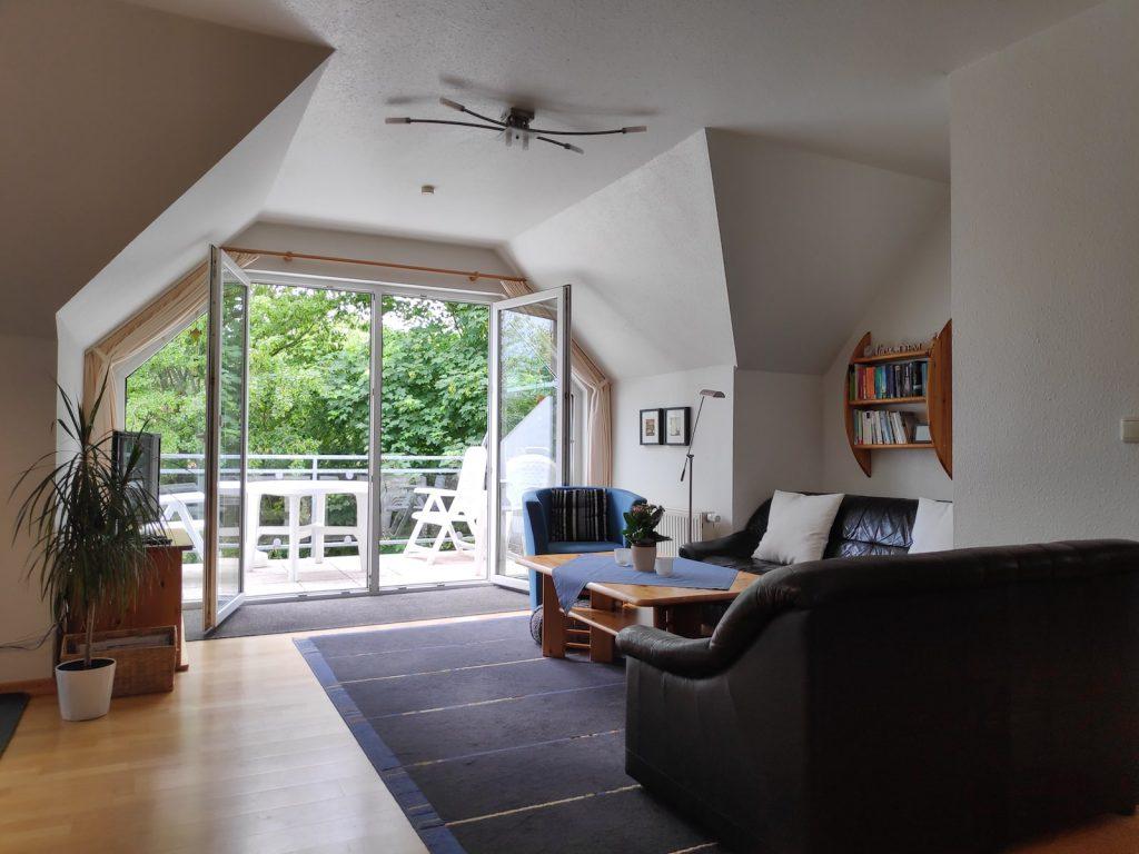 Wohnzimmer mit Balkon - Ferienwohnung Carolinensiel